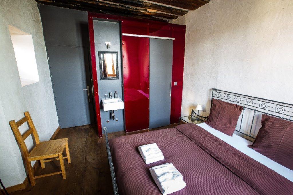 La chambre CONFORT numéro 1 avec son grand lit en fer.