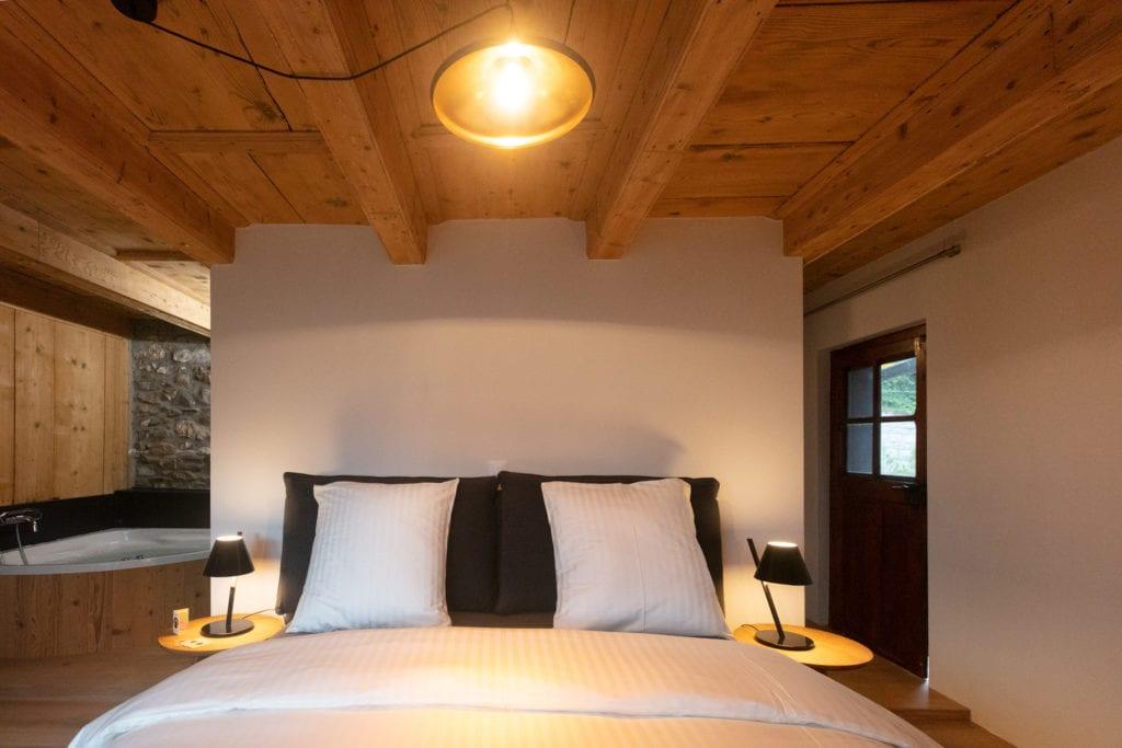 la grande maison chambre deluxe balneo baignoire remous. Black Bedroom Furniture Sets. Home Design Ideas