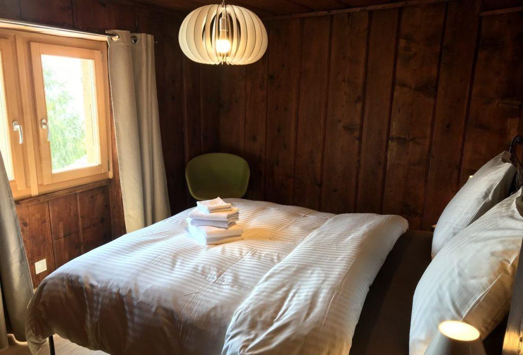 La CONFORT TRIPLE avec un grand lit double et 1 petit lit (chambres séparées, salle de bain commune)